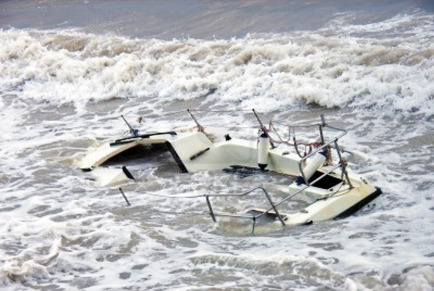 Colombia Navy rescues shipwrecked in Choco