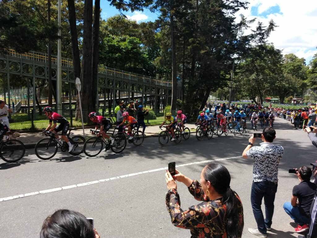 The peloton with Team Ineos up front racing through Parque Nacional in Bogotá, it wasn't enough to shake off Sergio Higuita.