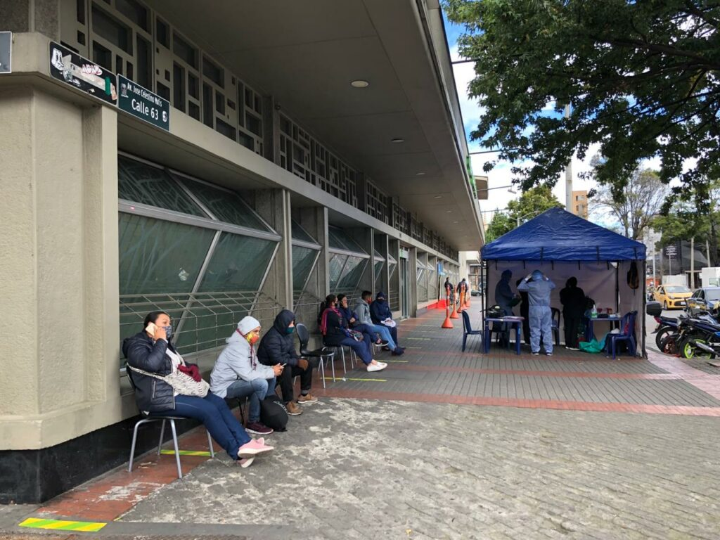 Get a coronavirus test in Bogotá, the location in front of the Carulla on the 63 with séptima. Photo: Otto Berchem