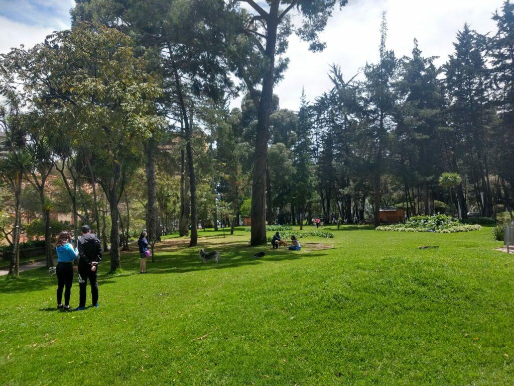 Plenty of people in the park during cuarentena estricta.